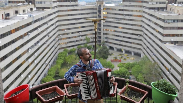 Musisi Iran Buat Pertunjukan Musik di Atap Gedung. (AP/Ebrahim Noroozi)