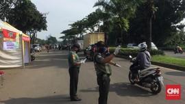 Petugas Bagi bagi Masker dan Nasi Bungkus di PSBB Tangerang