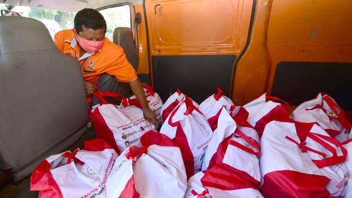 Penyaluran bantuan paket sembako Presiden (Biro Pers Sekretariat Presiden/Muchlis Jr)