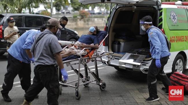Berdasarkan keterangan petugas, tunawisma itu dibawa ke puskesmas terdekat untuk pemeriksan kesehatan lanjutan. Pandemi virus corona telah membuat warga dan petugas menerapkan protokol kesehatan tinggi saat berada di luar rumah, dan menangani orang sakit. (CNNIndonesia.com/Adhi Wicaksono)