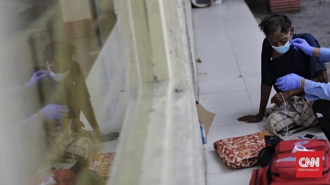 Berdasarkan keterangan warga sekitar Pasar Baru, sudah sepekan tuna wisma itu terlihat sakit. Kemudian salah satu warga berinisiatif menelepon Dinkes DKI karena tunawisma itu terlihat hanya tidur-tidur saja menahan rasa sakitnya. (CNNIndonesia.com/Adhi Wicaksono)