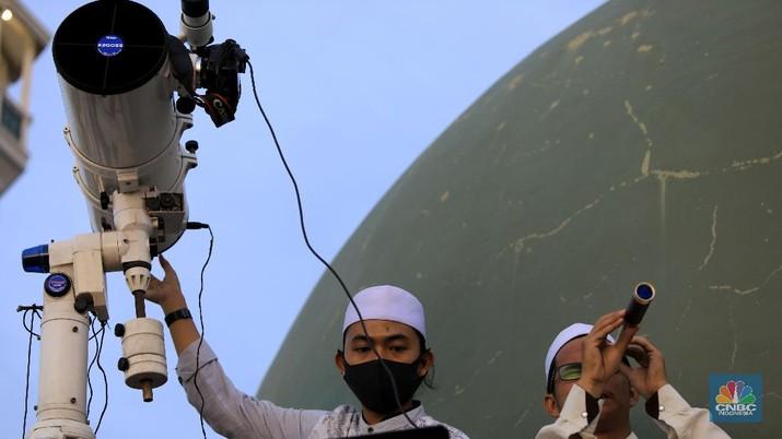 Ilustrasi pemantauan hilal. (CNBC Indonesia/Andrean Kristianto)