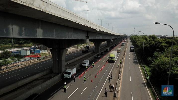 Pengecekan Jalur Akses Cikarang Barat, Akses transportasi mobil pribadi dan bus angkutan penumpang dari tol Jakarta Cikampek menuju Karawang ditutup mulai Jumat (24/4/2020) jam 00.00 WIB. (CNBC Indonesia/Andrean Kristianto)