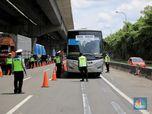 Bandel! Begini Momen Polisi Cegat Bus AKAP di Cikarang Barat