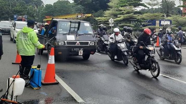 Kendaraan Menumpuk di Hari Pertama PSBB Surabaya. detikOto/Esti Widiyana