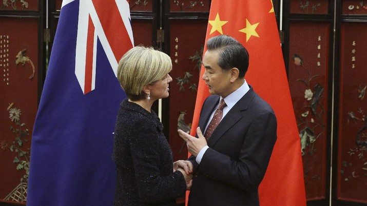 Australian Foreign Minister Julie Bishop, left, shakes hands with Chinese Foreign Minister Wang Yi as she arrives for a meeting at the Ministry of Foreign Affairs in Beijing, Wednesday, Feb. 17, 2016. (Wu Hong/Pool Photo via AP)