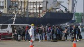 Warga Negara Indonesia (WNI) yang menjadi anak buah kapal Kapal Pesiar MV Dream Explorer tiba di Pelabuhan JICT, Tanjung Priok, Rabu (29/4). Mereka akan dibawa ke titik terpusat untuk menjalani isolasi mandiri. (ANTARA FOTO/Nova Wahyudi)