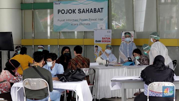 Warga menghubungi kerabatnya yang menjadi pasien melalui layanan panggilan video di fasilitas Pojok Sahabat di Rumah Sakit Umum Pusat Nasional (RSUPN) Dr. Cipto Mangunkusumo, Jakarta, Kamis (30/4/2020). (CNBC Indonesia/Muhammad Sabki)