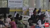 Pihak rumah sakit menyediakan fasilitas Pojok Sahabat kepada warga yang ingin menghubungi pasien suspect maupun positif terinfeksi virus corona yang tidak memiliki atau tidak mampu mengoperasikan alat komunikasi. CNNIndonesia/Adhi Wicaksono