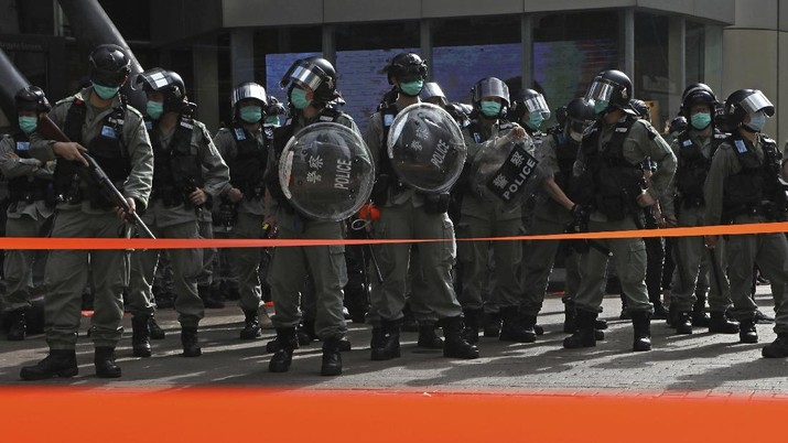 Polisi Hong Kong Berjaga di Pusat Keramain saat May Day. AP/Kin Cheung