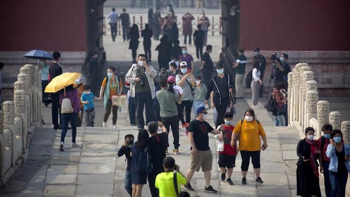 Wisatawan mengunjungi salah satu bangunan bagian dari situs bersejarah Kota Terlarang atau Forbidden City di Beijing. AP/Mark Schiefelbein