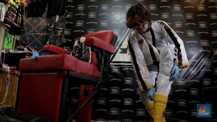 Tukang Cukur dengan APD Lengkap demi memotong penularan virus Covid-19 (CNBC Indonesia/Muhammad Sabki)