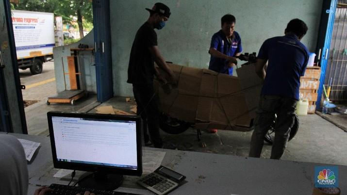 Jasa pengiriman sepeda motor melalui kereta api mengalami penurunan drastis imbas Covid-19. CNBC Indonesia/Tri Susilo