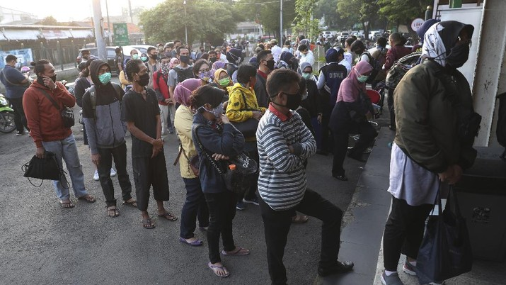 People line up to wait to receive a swab test for the new coronavirus at a train station in Bekasi on the outskirts of Jakarta, Indonesia, Tuesday, May 5, 2020. (AP Photo/Achmad Ibrahim)