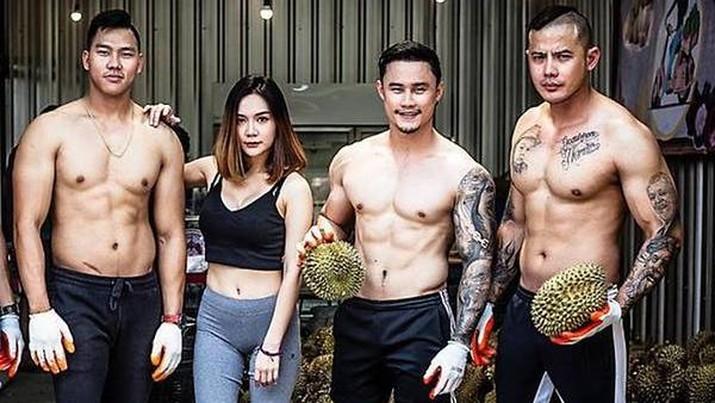 Kios durian Thailand diawaki oleh pemilik gym yang tidak bekerja saat ruang kebugaran tutup. Photo: Facebook/Bsamfruit