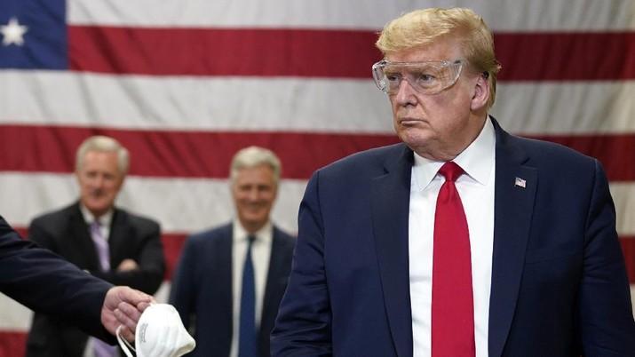 Trump tidak memakai masker saat berkunjung di pabrik Honeywell. AP/Evan Vucci