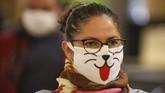 Tak hanya itu, berbagai motif dan desain masker pun hadir mewarnai seantero Amerika Latin. Beberapa berusaha menonjolkan budaya lokal setempat atau motif-motif tropis yang menyenangkan. (AP Photo/Natacha Pisarenko)