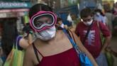 Sejak virus corona mulai menjejakkan kakinya, sejumlah apotek di Amerika Latin langsung kehabisan stok masker. Untungnya, sejumlah produsen lokal bereaksi dengan cepat dibantu dengan produksi rumahan dari kalangan masyarakat. (AP Photo/Rodrigo Abd)