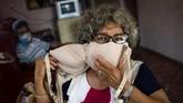 Idania Espanola (63), seorang perempuan asal Kuba, misalnya, yang akan membuat masker dengan mendaur ulang bra yang dikenakannya. (AP Photo/Ramon Espinosa)