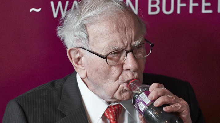 Warren Buffett, Chairman and CEO of Berkshire Hathaway, takes a sip of Cherry Coke during a game of bridge following the annual Berkshire Hathaway shareholders meeting in Omaha, Neb., Sunday, May 5, 2019. (AP Photo/Nati Harnik)