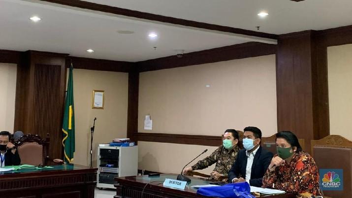 Direktur Utama PT Karya Citra Nusantara (KCN) Widodo Setiadi, membawa uang tunai 1 juta dollar AS, saat menghadiri sidang rencana perdamaian antara pihaknya dengan sejumlah kreditor, di Pengadilan Negeri Jakarta Pusat. Senin (11/5). (CNBC Indonesia/ Savira Wardoyo)