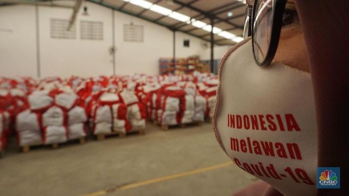 Para pekerja mengemas dan memeriksa Bantuan Sosial (BANSOS) di Neglasari, Tangerang, Banten. CNBC Indonesia/Tri Susilo