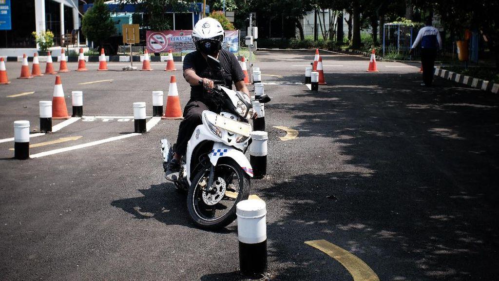 Urus SIM Pakai Celana Pendek, Siap-siap Diusir!