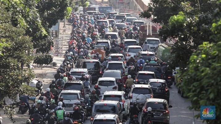 Kepadatan lalu lintas saat PSBB di Jati Padang, Jalarta (CNBC Indonesia/ Andrean Kristianto)