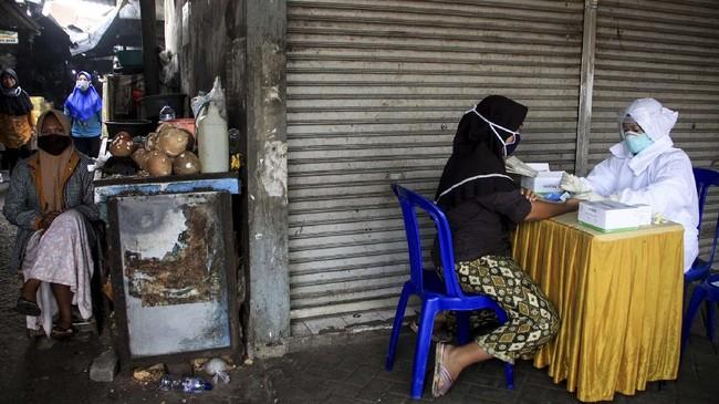 Petugas kesehatan melakukan pemeriksaan cepat atau rapid test Covid-19 di Pasar Larangan, Sidoarjo, Jawa Timur, 6 Mei 2020. Dinas Kesehatan kabupaten Sidoarjo melakukan rapid test secara acak terhadap pedagang dan pembeli terkait adanya salah satu pedagang di pasar tersebut positif terpapar virus Corona. (ANTARA FOTO/Umarul Faruq)