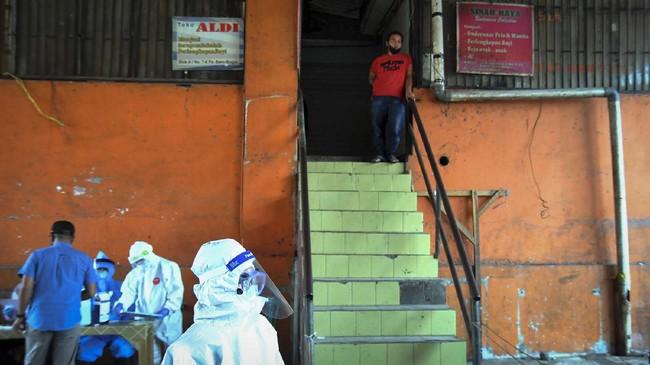 Petugas medis dari Dinas Kesehatan Kota Bogor melakukan tes swab kepada pedagang di Pasar Baru Bogor, Jawa Barat, 12 Mei 2020. Mendag Agus Suparmanto akan menindaklanjuti usulan tes bagi para pedagang pasar.(ANTARA FOTO/Arif Firmansyah)