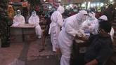 Petugas melakukan pemeriksaan cepat Covid-19 (Rapid Test) terhadap warga di Pasar Keputran, Surabaya, Jawa Timur, 12 Mei 2020. Pemeriksaan cepat terhadap sejumlah pedagang dan buruh di pasar induk itu guna mengetahui kondisi kesehatan mereka serta untuk mencegah penyebaran virus Corona. (ANTARA FOTO/Didik Suhartono)