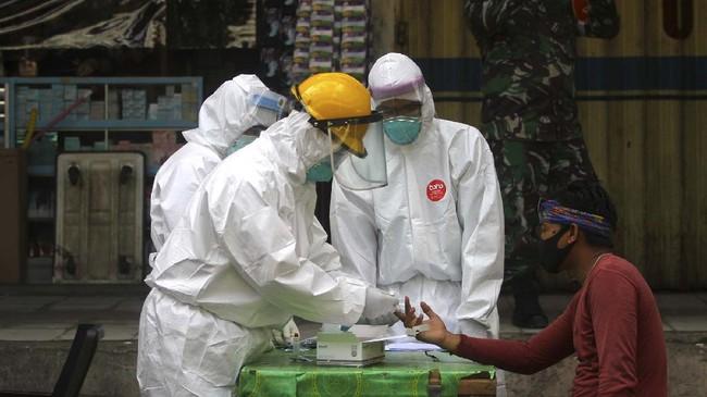 Petugas kesehatan melakukan pemeriksaan cepat atau rapid test COVID-19 di Pasar Sentra Antasari, Banjarmasin, 4 Mei 2020.Rapid test secara acak dilakukan terhadap juru parkir, pedagang dan orang-orang yang berpotensi terpaparcorona saat beraktivitas di ruang publik. (ANTARA FOTO/Bayu Pratama S)