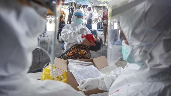 Petugas medis mengambil sampel saat 'swab test' Covid-19 di Pasar Kebon Kembang, Kota Bogor, Jawa Barat, 8 Mei 2020. Tes dilakukan secara acak untuk 175 pelaku usaha dan pedagang. (ANTARA FOTO/Yulius Satria Wijaya)