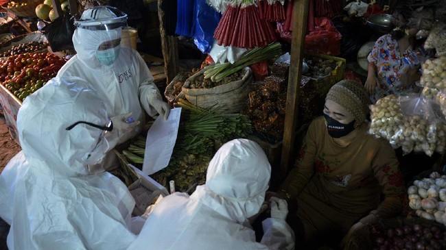 Petugas kesehatan mengambil sampel darah seorang pedagang saat menggelar Rapid Test atau pemeriksaan cepat Covid-19 di Pasar Tradisional Pa'baeng-Baeng, Makassar, Sulawesi Selatan, 12 Mei 2020. (ANTARA FOTO/Abriawan Abhe)