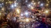 Aktivitas jual beli di Pasar Cibinong, Bogor, 12 Mei 2020. Keramaian pasar di sejumlah daerah meski sudah menerapkan protokol dikhawatirkan menjadi klaster baru penularan Covid-19. (ANTARA FOTO/Yulius Satria Wijaya)