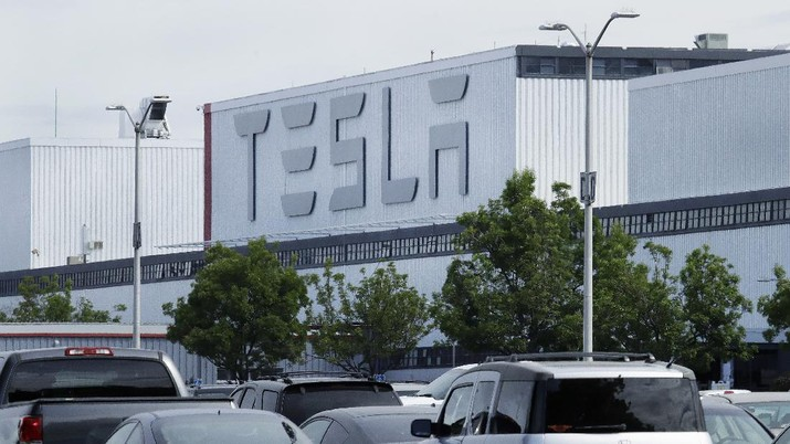 A truck loaded with Tesla cars departs the Tesla plant Tuesday, May 12, 2020, in Fremont, Calif. Tesla CEO Elon Musk has emerged as a champion of defying stay-home orders intended to stop the coronavirus from spreading, picking up support as well as critics on social media. Among supporters was President Donald Trump, who on Tuesday tweeted that Tesla's San Francisco Bay Area factory should be allowed to open despite health department orders to stay closed except for basic operations. (AP Photo/Ben Margot)
