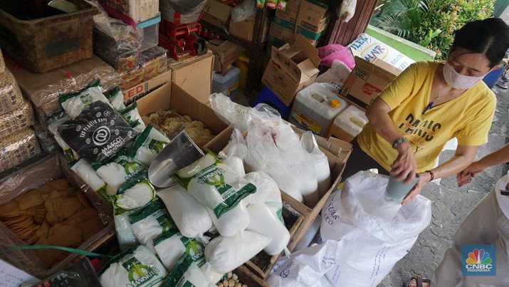 Operasi pasar ini merupakan stok dari 22.000  ton gula kristal putih yang baru saja didatangkan dari India, guna mengisi kebutuhan menjelang hari lebaran. (CNBC Indonesia/Muhammad Sabki)