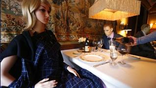FOTO: Kala Manekin Menikmati Sajian Restoran Michelin