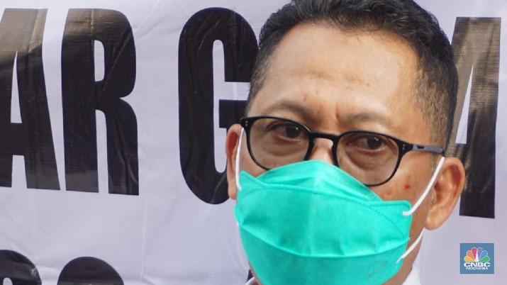 Dirut Bulog Budi Waseso melakukan kegiatan operasi pasar khusus gula di Pasar Jatinegara, Jakarta Timur, Jumat (15/5). (CNBC Indonesia/Muhammad Sabki)
