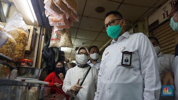 Dirut Bulog Budi Waseso melakukan kegiatan operasi pasar khusus gula di Pasar Jatinegara, Jakarta Timur, Jumat (15/5). Operasi pasar tersebut untuk stabilisasi harga gula yang saat ini masih di atas harga acuan pemerintah yakni Rp12.500 per kilogram. (CNBC Indonesia/Muhammad Sabki)