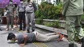 Hukuman fisik seperti push up juga diterapkan aparat di Kota Medan, Sumatera Utara. Pemkot Medan gencar menerapkan peraturan Karantina Kesehatan dengan memberikan sanksi hukuman penahanan KTP dan push up bagi warga yang tidak menggunakan masker. (ANTARA FOTO/Septianda Perdana)