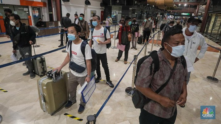 Pemeriksaan Dokumen Penumpang Pesawat di Bandara Soekarno Hatta, Jumat (16/5/2020). (CNBC Indonesia/ Andrean Kristianto)