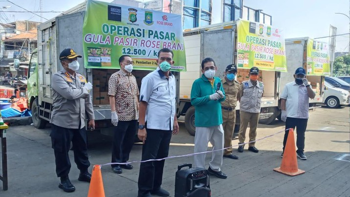 Menteri Perdagangan Agus Suparmanto, melakukan operasi pasar pendistribusian gula pasir kepada pedagang di Pasar Anyar, Kota Tangerang Banten.  (CNBC Indonesia/Syahrizal Sidiq)