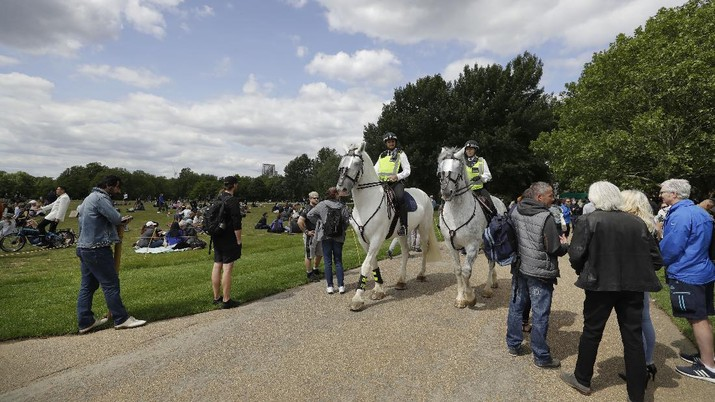 A man is arrested during a mass gathering protest organised by the group called 'UK Freedom Movement', in Hyde Park in London as the country is in lockdown to help stop the spread of coronavirus, Saturday, May 16, 2020. The group claims that the coronavirus lockdown is illegal. (AP Photo/Kirsty Wigglesworth)