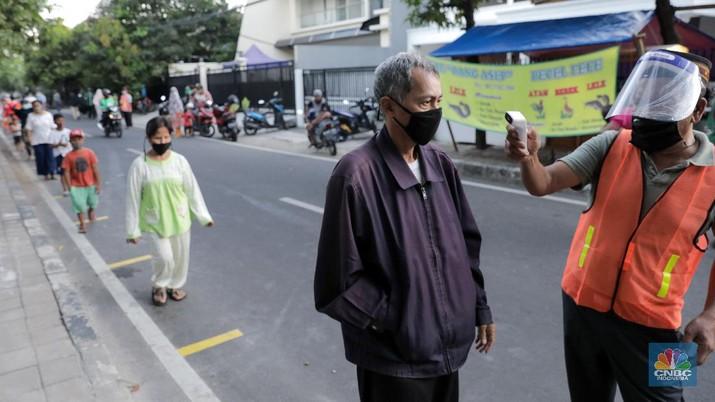 Pembagian Takjil Gratis dengan Penerapan Jaga Jarak (CNBC Indonesia/ Andrean Kristianto)