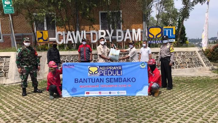 Penyerahan bantuan sembako kepada salah satu warga terdampak di sekitar Proyek Bendungan Ciawi Brantas Abipraya. (Dok: Brantas Abipraya)