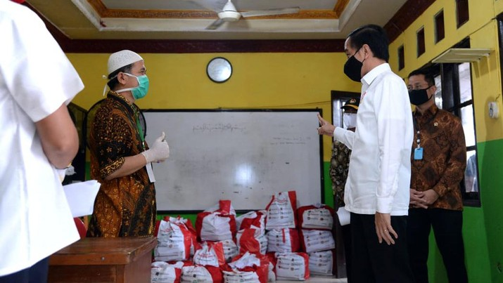 Presiden Joko Widodo Meninjau Proses Pendistribusian Sembako di Johar Baru. (Biro Pers Sekretariat Presiden/ Lukas)