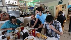 FOTO: Bisnis Restoran AS Terapkan New Normal