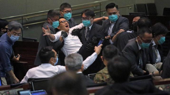 Keributan saat rapat anggota Parlemen di Hongkong. AP/Vincent Yu
