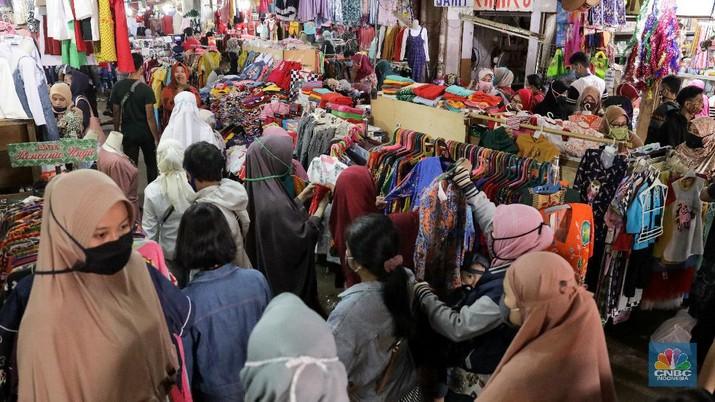 Warga berbelanja kebutuhan pangan di Pasar Kebayoran Lama, Jakarta, Rabu (20/5/2020). Warga mulai ramai berbelanja langsung di sejumlah pasar tradisional menambah stok kebutuhan pangan jelang Lebaran. Pemerintah Provinsi DKI Jakarta kembali memperpanjang penerapan pembatasan sosial berskala besar ( PSBB) hingga 4 Juni 2020 untuk mengontrol penyebaran Covid-19.  (CNBC Indonesia/ Andrean Kristianto)
